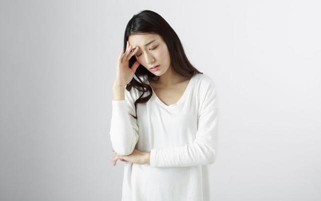 まぶたのくぼみの原因は?改善するにはどうしたらいい?